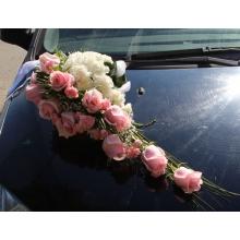 Розовые розы, белые гвоздики, кустовая гвоздика, гипсофилла, зелень, белые ленты.
