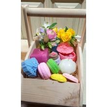 Деревянная корзина ручной работы. Состав: 3 восковые вазочки с кустовой розой, альстромерией и ранункулюсами. Мыло (6 шт разноцветных) ручной работы с натуральными отдушками виногр. и персиковых косточек, шкатулка из мыла