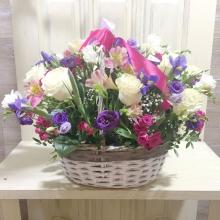 летняя корзина ярких цветов с лентой