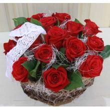 Композиция в низкой корзине из 15 красных эквадорских роз, зелени, сизаля, с акцентом из натурального кружева.