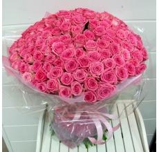 Букет из 151 розовой розы (сорт Аква) в натуральной упаковке из сизаля с лентой.