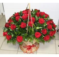 Большая напольная корзина из 51 красной крупной эквадорской розы с зеленью.