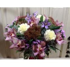 Праздничный элегантный букет из орхидей, клематисов, лимонной гвоздики, седума, статицы на каркасе из тилантсии с армированной лентой.