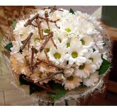Букет из белых кустовых хризантем с зеленью в натуральной упаковке с лентой.