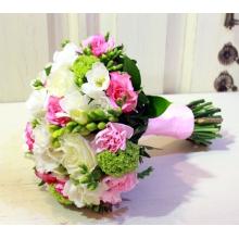 Букет невесты на собственных стеблях с белой фрезией, калиной, розой, кустовой розой, кустовой гвоздикой, зеленью и атласной лентой.