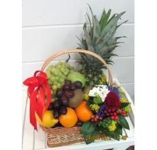 Состав: яблоки, виноград, ананас, груши, лимон, апельсины, киви. Цветы: роза, эустома, гиперикум, зелень.