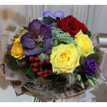 Компактный европейский букет из орхидеи ванды, красных и желтых роз, гиперикума, эустомы, кустовой розы, амми с зеленью и сизалем в упаковке из бумаги крафт.