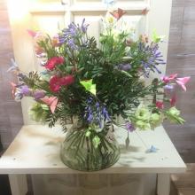 букет цветов с доставкой на сложном внутреннем каркасе