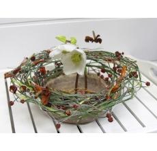 Ваза из парафина и сухоцветов с плетением из берграса, гирлянд из сухих ягод и цветов. В вазе: два цветка хелеборуса. Цветы могут быть заменены по сезону.