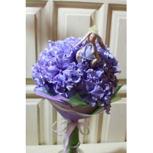 Цветок гортензии в упаковке из разноцветного фетра с зайкой ручной работы и атласными лентами.