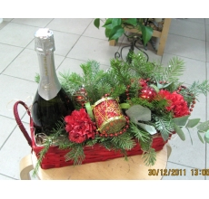 Шампанское в корзине с цветами