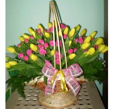 Тюльпаны и кустовые розы в корзине