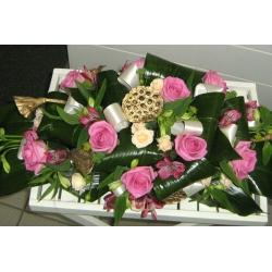Настольная композиция из роз и лотосов