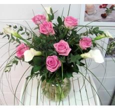 Белые каллы с розовыми розами в букете