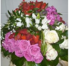 Премиум торт из свежей клубники и цветов с экзотическими цветами